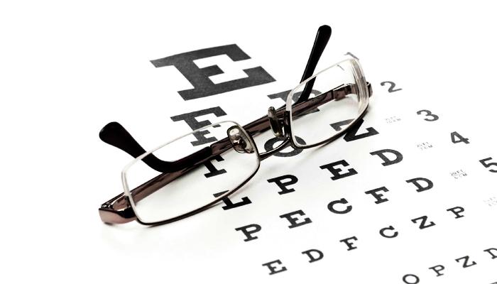 چه زمانی باید به چشم پزشک مراجعه کنیم؟ آشنایی با مراحل معاینه کامل چشم